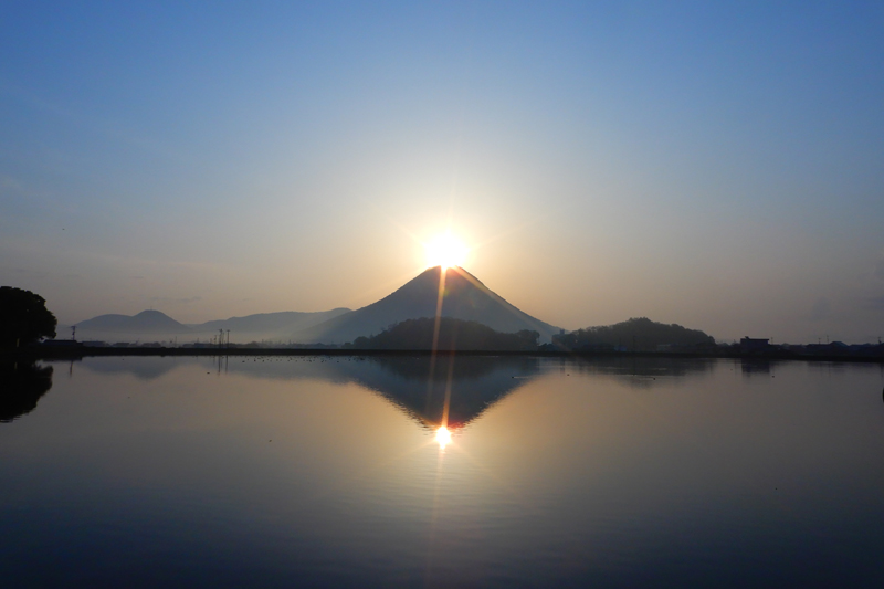 4月22日は讃岐富士の日 ~幻想的な輝き「ダブルダイヤモンド讃岐富士」~