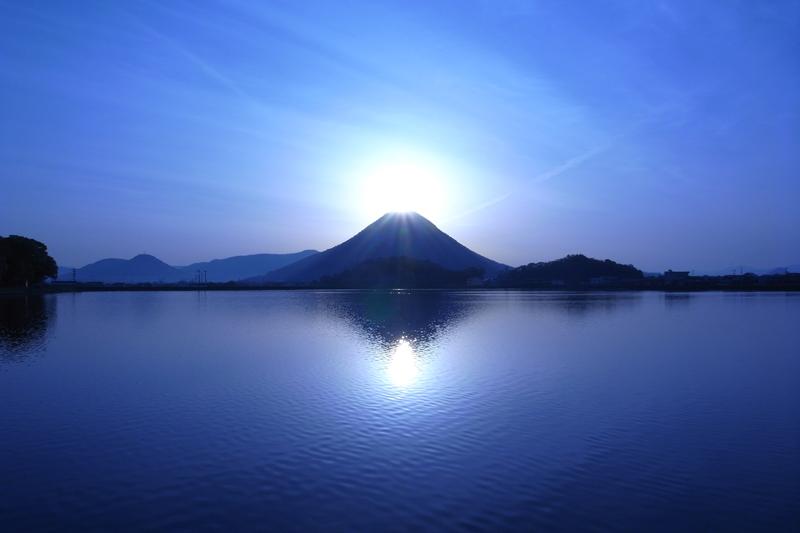 4月22日は讃岐富士の日 ~幻想的な輝き『ダブルダイヤモンド讃岐富士』~